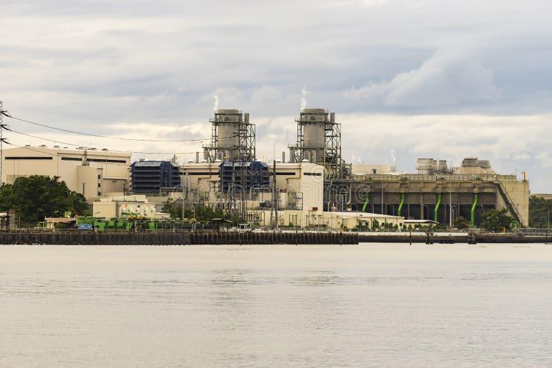 Elektrische centrale bij rivieroever tijdens zonsopgang royalty-vrije stock fotografie