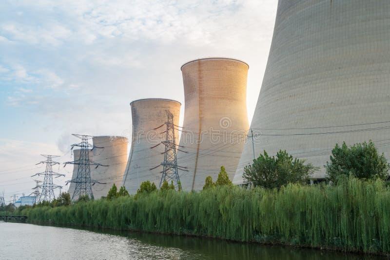 Elektrische centrale bij schemer royalty-vrije stock afbeelding