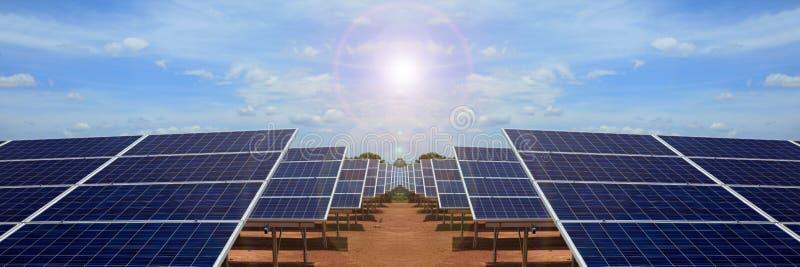 Elektrische centrale die vernieuwbare zonne-energie op blauwe hemelwolk gebruiken stock foto