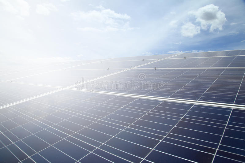 Elektrische centrale die vernieuwbare zonne-energie op blauwe hemelwolk gebruiken met royalty-vrije stock foto's