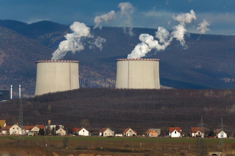 Elektrische centrale en dorp royalty-vrije stock foto