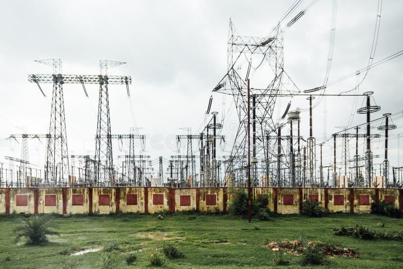Elektrische centrale met hoogspannings elektrische posten in sideway van de weg aan Varanasi, India stock foto's