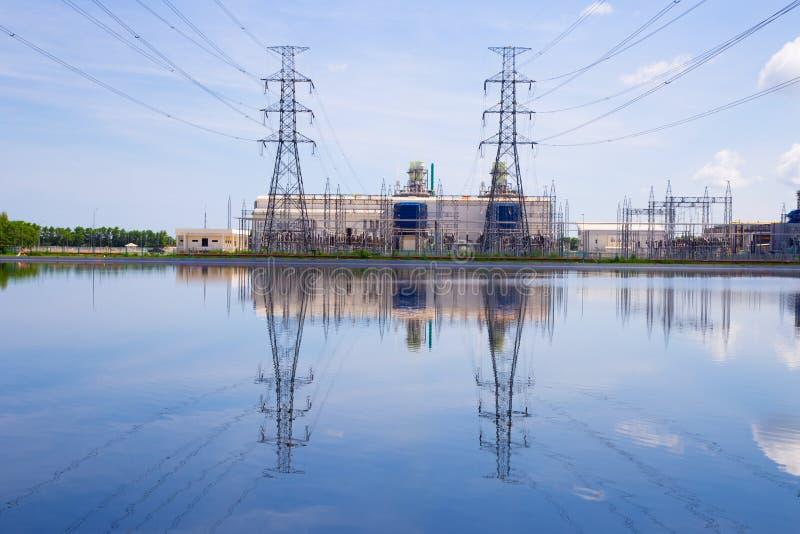 Elektrische centrale op blauwe hemelachtergrond stock afbeeldingen