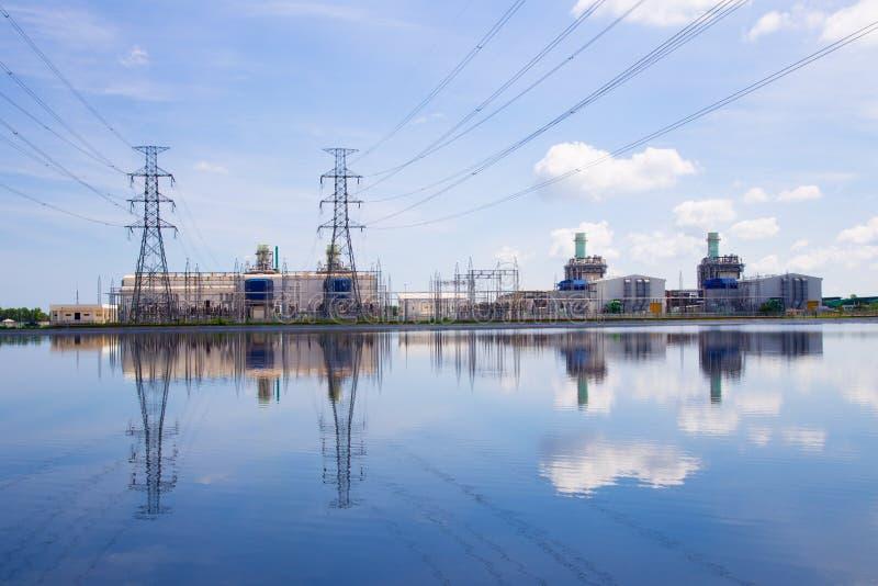Elektrische centrale op blauwe hemelachtergrond stock foto