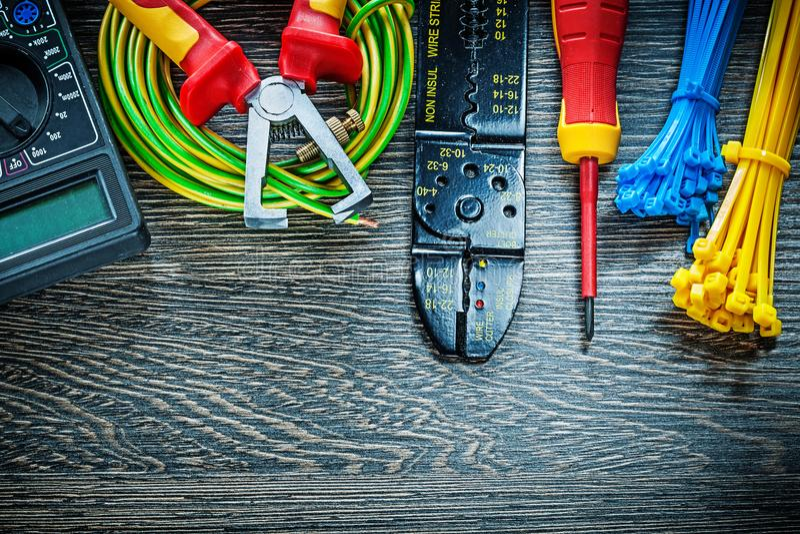 Elektrische de bandenisolatie van de meetapparaatschroevedraaier gerolde kabel strippe stock afbeeldingen