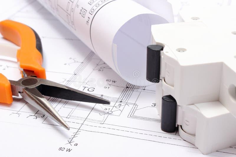 Download Elektrische Diagramme, Elektrische Sicherung Und Arbeitswerkzeuge  Auf Bauzeichnung Des Hauses Stockfoto   Bild Von