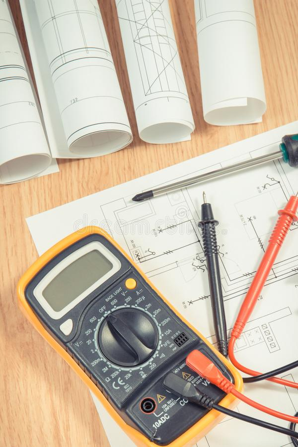 Elektrische Diagramme, Vielfachmessgerät für Maß in der elektrischen Installation und Schraubenzieher stockfotografie
