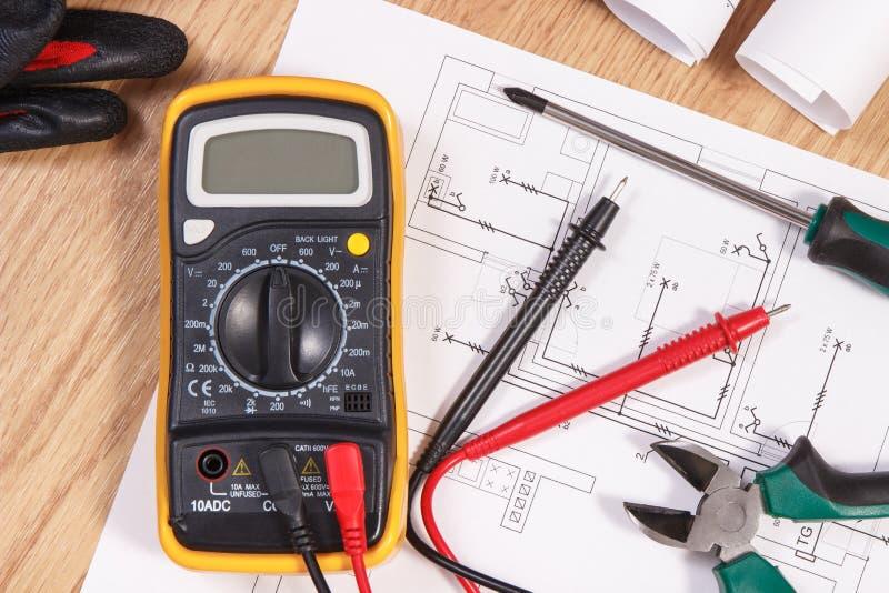 Elektrische Diagramme, Vielfachmessgerät für Maß in der elektrischen Installation und Zubehör für Gebrauch in den Ingenieurjobs lizenzfreie stockfotos