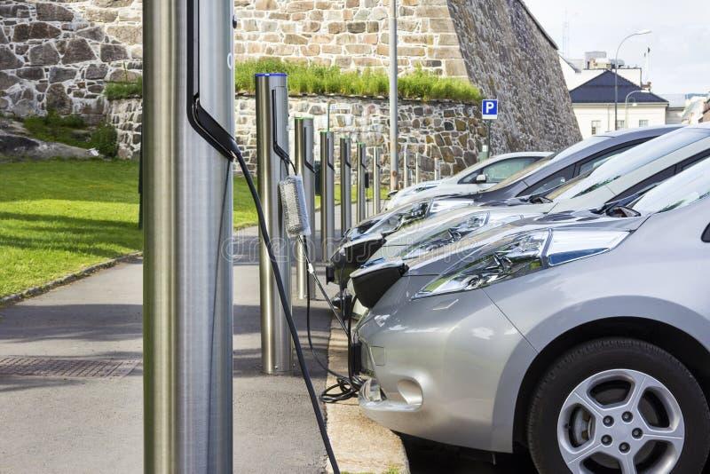 Elektrische die auto in aan elektriciteit wordt gestopt stock fotografie