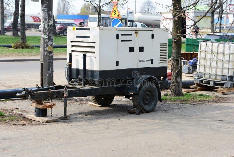 Elektrische diesel mobiele aanhangwagengenerator Gebruik een mobiele diesel generator met de reparatie van de weg stock afbeeldingen
