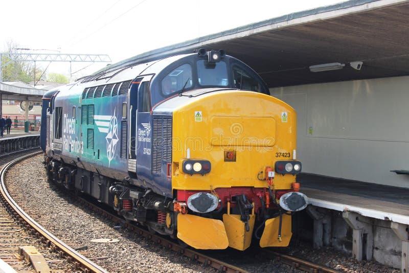 Elektrische Diesellokomotive der Klasse 37 in der Bahnstation lizenzfreie stockfotografie