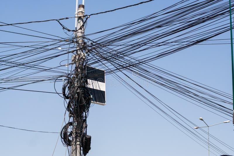 Elektrische Drähte auf einem Eisenpol Unordentliche elektrische Leitungen lizenzfreie stockfotografie
