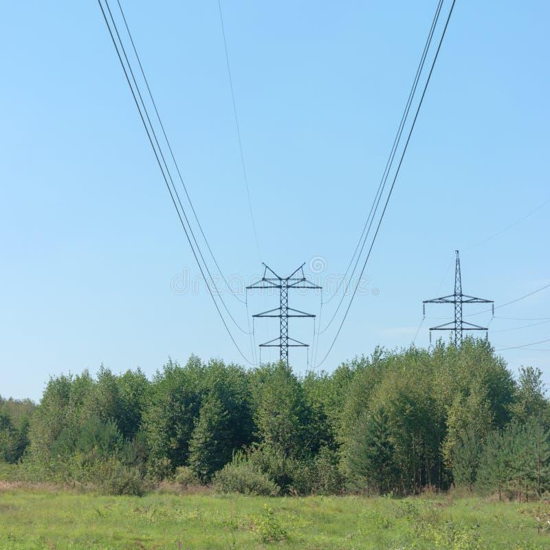 Elektrische Drähte auf Stahlunterstützungen Hochspannungsleitung vorbei stockbild
