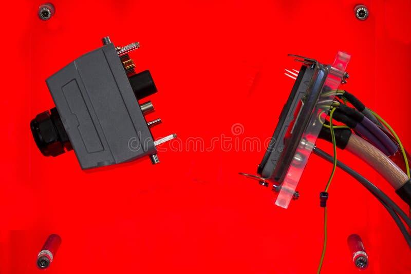 Elektrische draadschakelaar voor industriële machine en andere op rode achtergrond royalty-vrije stock foto's