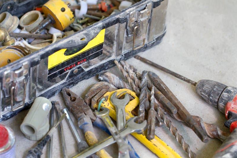 Elektrische Erneuerungsarbeit, viele übergeben Werkzeuge stockbild