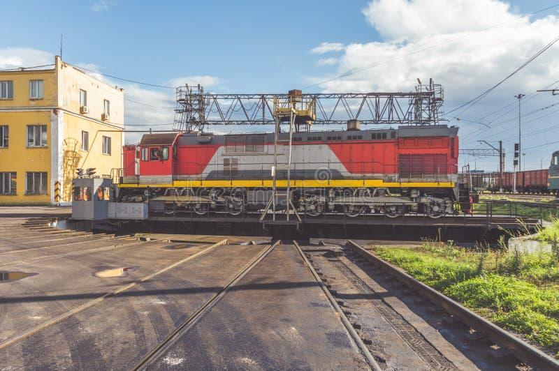 Elektrische Güterzuglokomotive auf der Drehscheibe am Depot stockfotografie