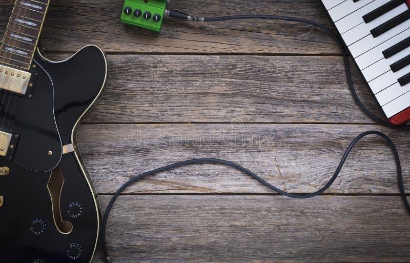Elektrische gitaar, effect pedaal en toetsenbord royalty-vrije stock afbeeldingen