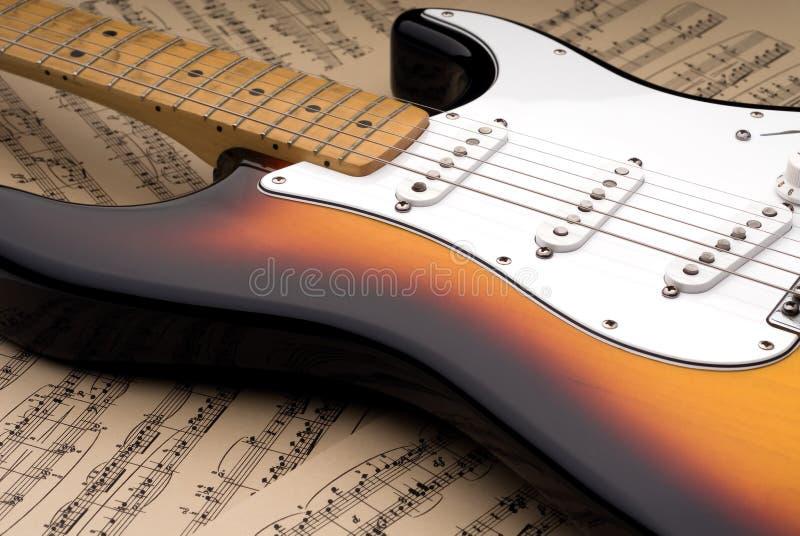 Elektrische gitaar en bladmuziek royalty-vrije stock afbeeldingen