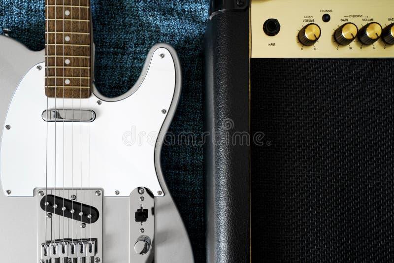 Elektrische gitaar en versterker De achtergrond van de rock stock afbeelding