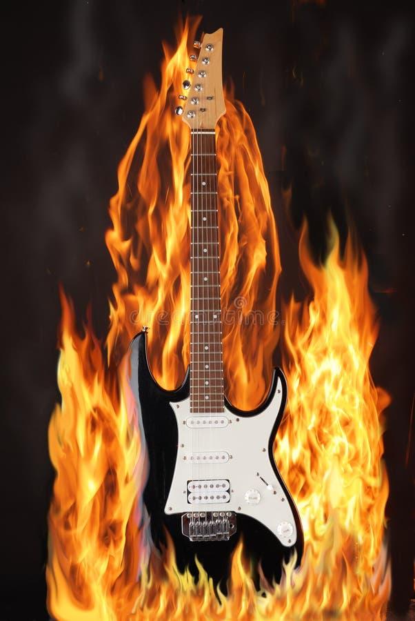 Elektrische Gitarre im Feuer lizenzfreies stockfoto