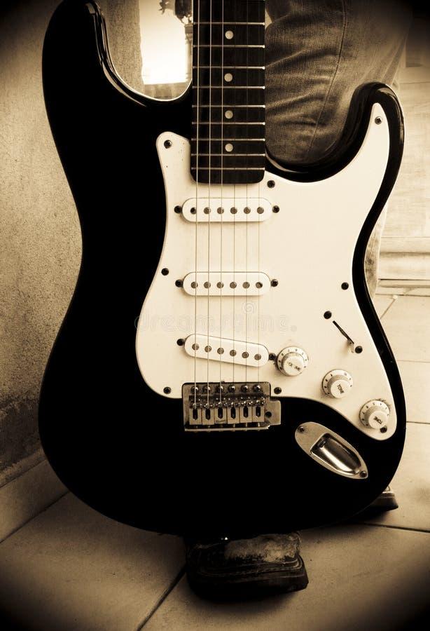 Elektrische Gitarre mit Gitarristen lizenzfreie stockfotos