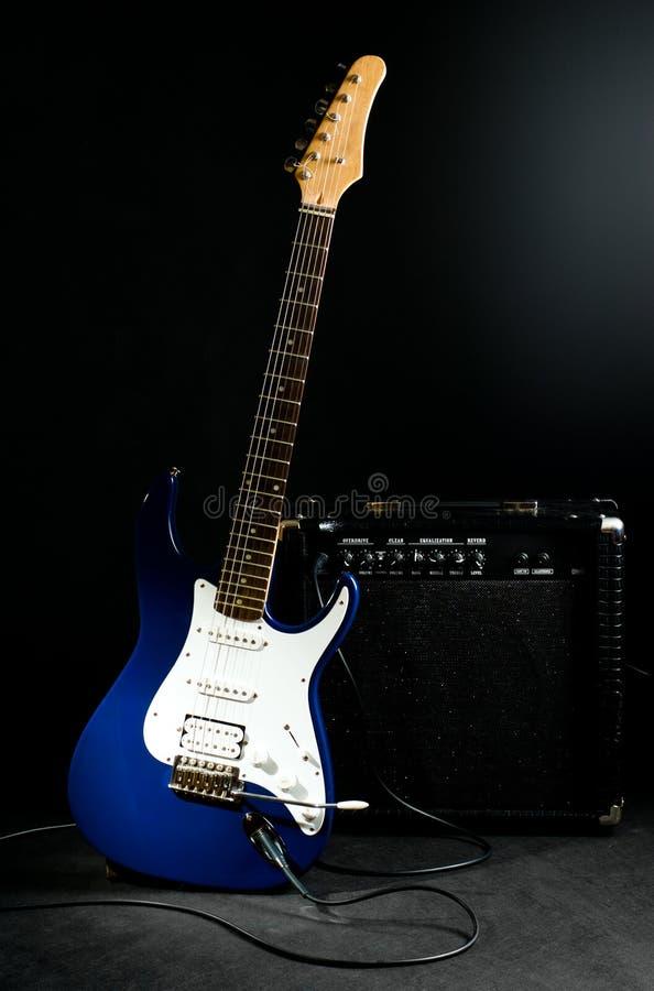 Elektrische Gitarre und kombinierter Verstärker stockfotografie