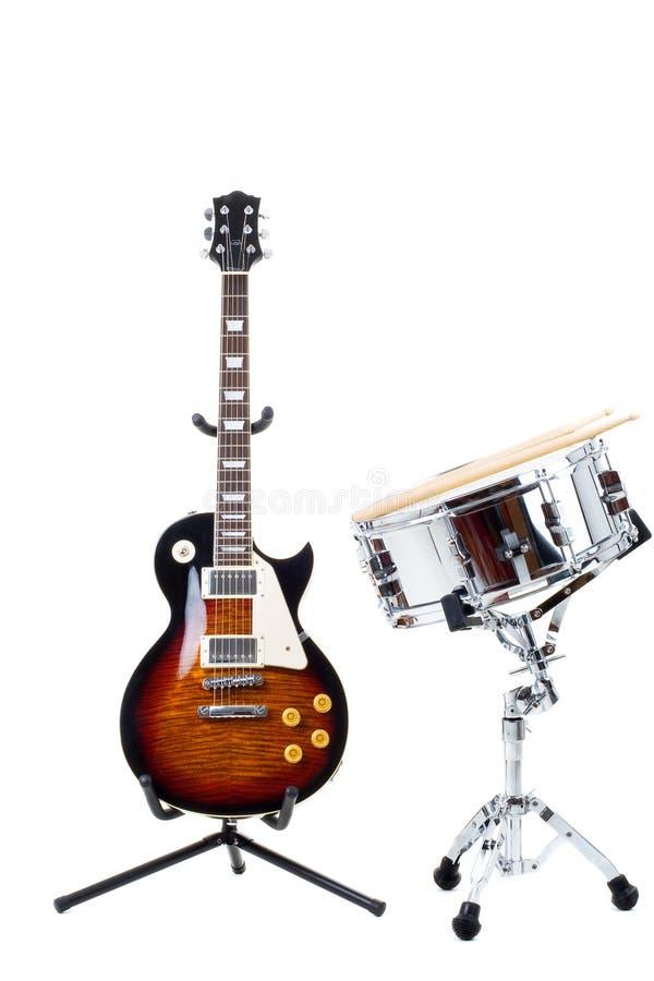 Elektrische Gitarre und Schlingetrommel lizenzfreies stockfoto