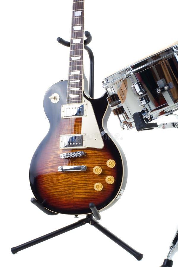 Elektrische Gitarre und Schlingetrommel stockfotos