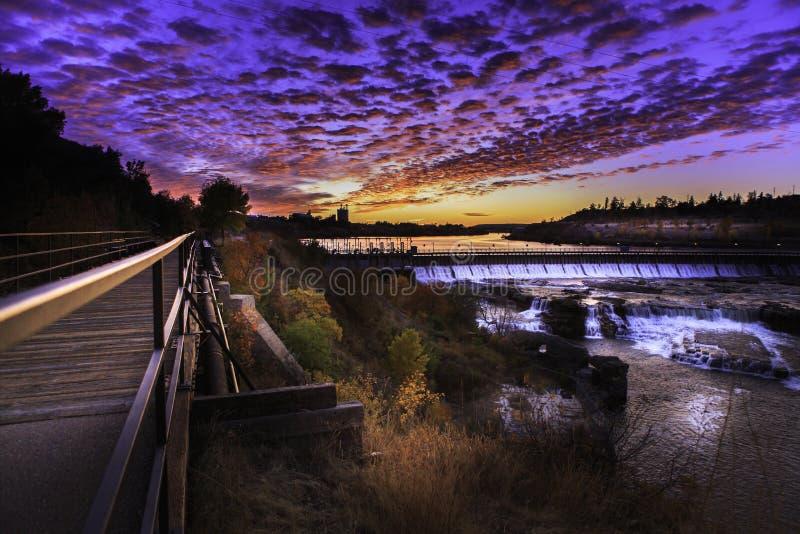 Elektrische hydroverdammung mit Wasserfällen lizenzfreie stockfotografie