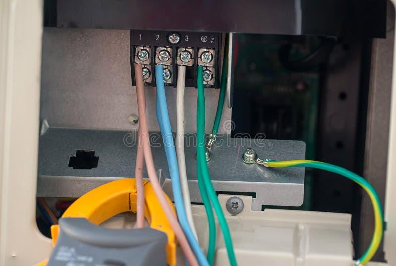 Elektrische Kabel mit Verteiler elektrische Drähte wird an Klammern im Stromnetz der Gleichspannung angeschlossen lizenzfreies stockbild