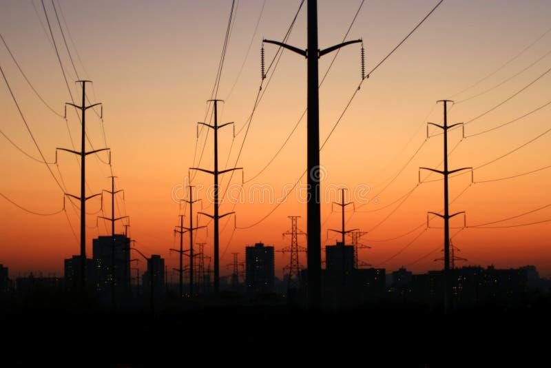 Elektrische Kontrolltürme am Sonnenuntergang. stockfotografie