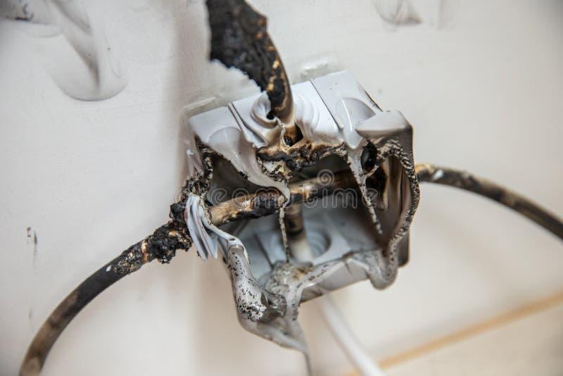 Elektrische Kurzschluss Effekte Der Ausfall, der durch brennenden Draht verursacht werden und der Rosettensockel verstopfen im Ha lizenzfreies stockfoto
