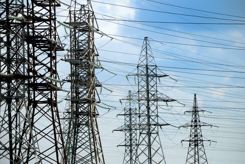 Elektrische lijnen met hoog voltage stock afbeeldingen