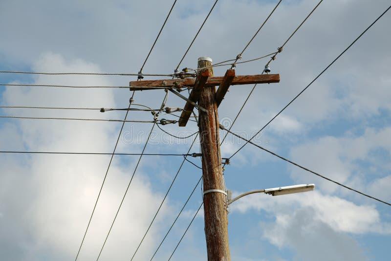 Elektrische lijnen op mast stock foto's