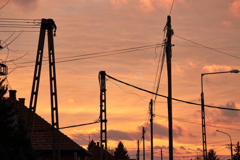 Download Elektrische Lijnsilhouetten Stock Foto - Afbeelding bestaande uit helder, industry: 107704054