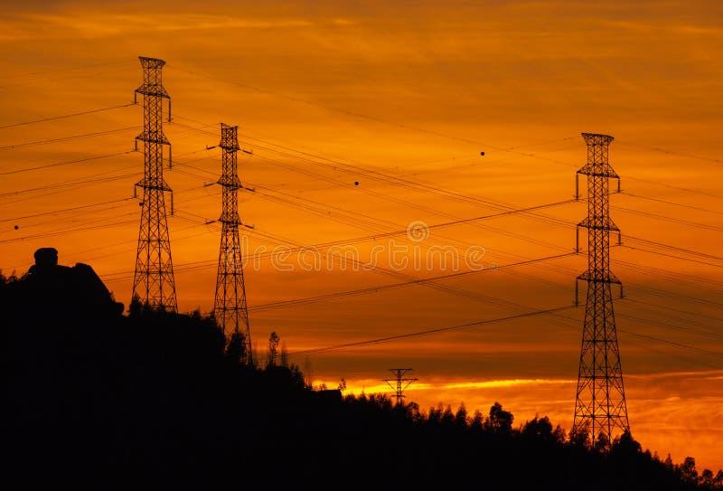 Elektrische Linien silhouettieren bei Sonnenuntergang, Povoa de Lanhoso stockfotografie