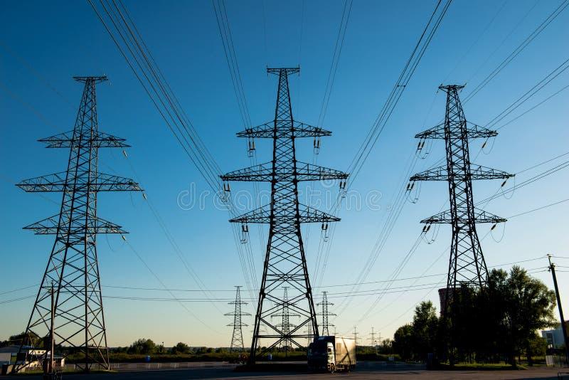Elektrische Masten am Abend gegen blauen Himmel stockfoto