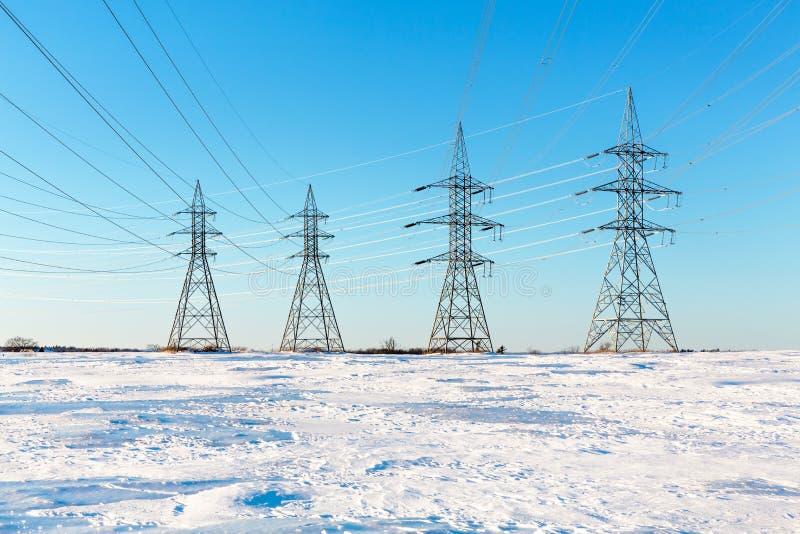 Elektrische Masten im Schnee stockfotos