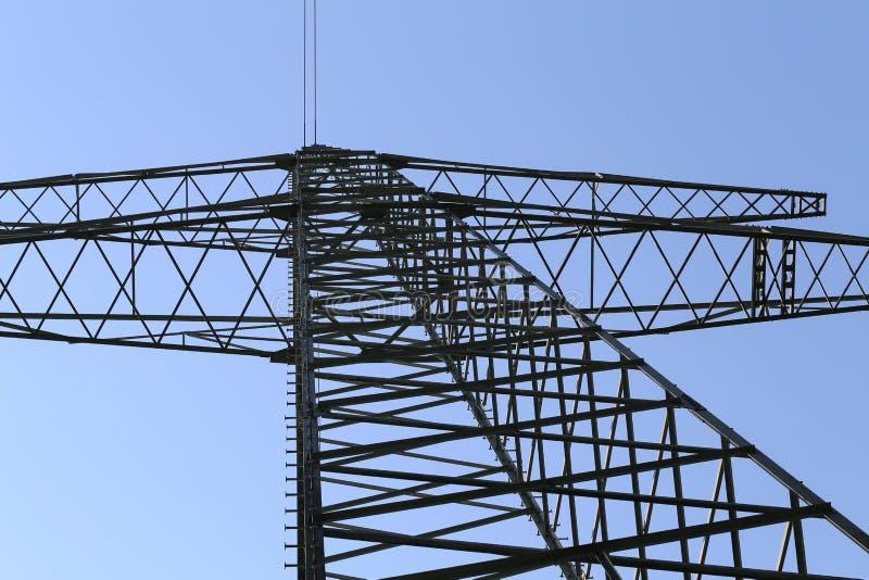Elektrische masten met hoog voltage stock afbeelding
