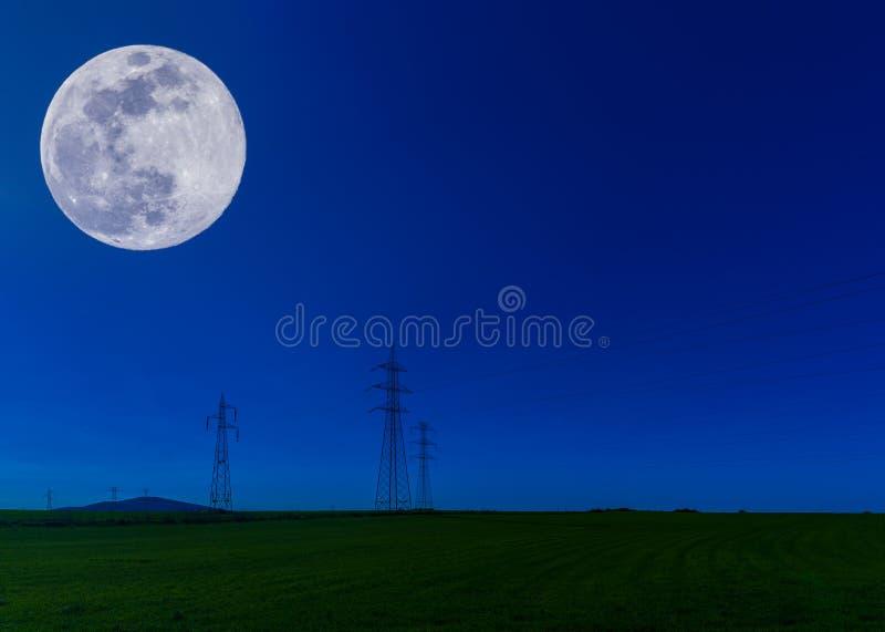 elektrische Masten nachts stockfotos