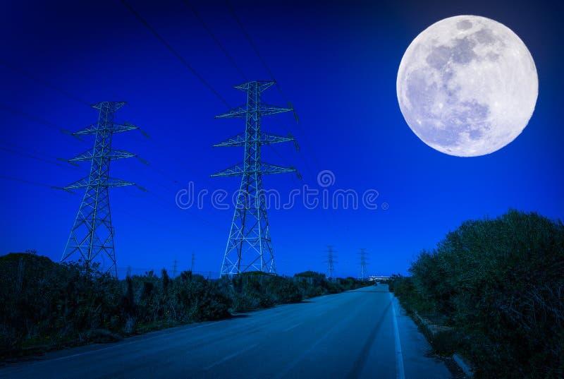 elektrische Masten nachts stockbild