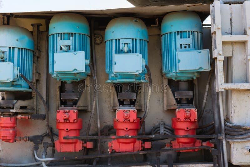 Elektrische Motoren einer industriellen Ausrüstung Blaue Motoren und Re stockfotos