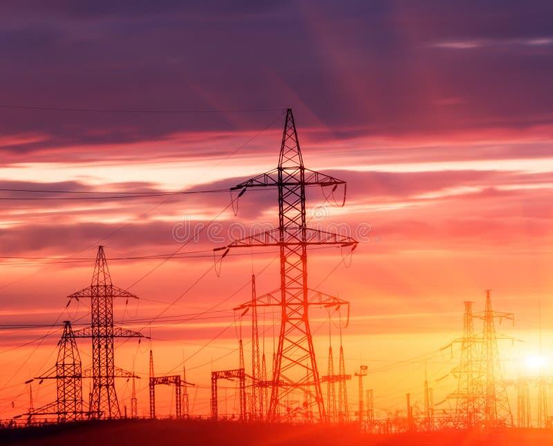 Elektrische Nebenstelle der Verteilung mit Stromleitungen lizenzfreie stockbilder