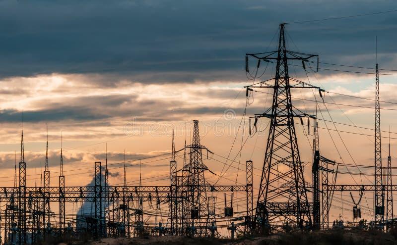 Elektrische Nebenstelle der Verteilung mit Stromleitungen und Transformatoren stockbilder