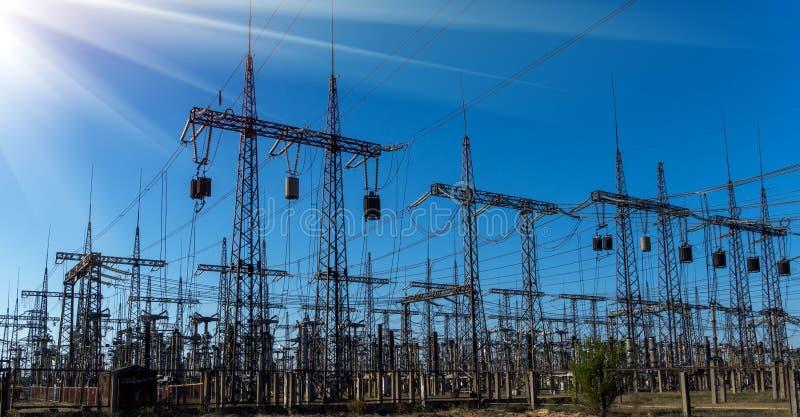 Elektrische Nebenstelle der Verteilung mit Stromleitungen und Transformatoren lizenzfreies stockbild