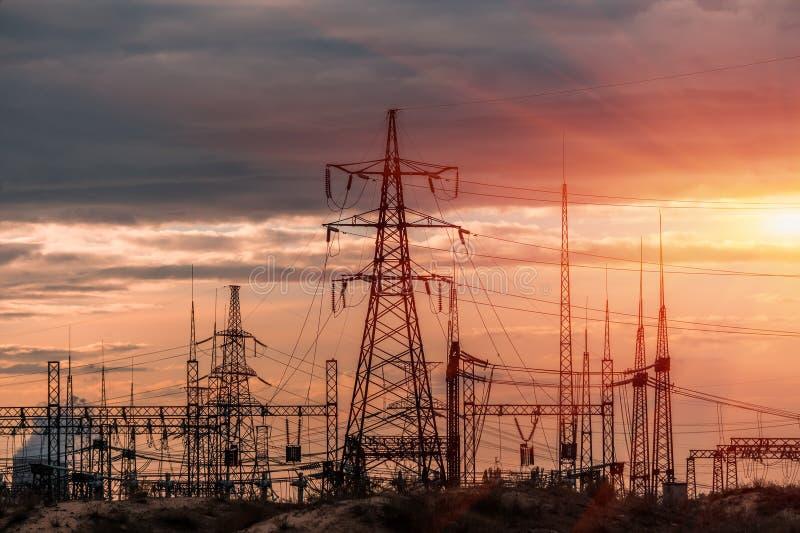 Elektrische Nebenstelle der Verteilung mit Stromleitungen und Transformatoren stockfoto