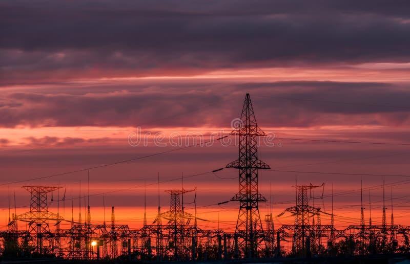 Elektrische Nebenstelle der Verteilung mit Stromleitungen und Transformatoren stockfotos
