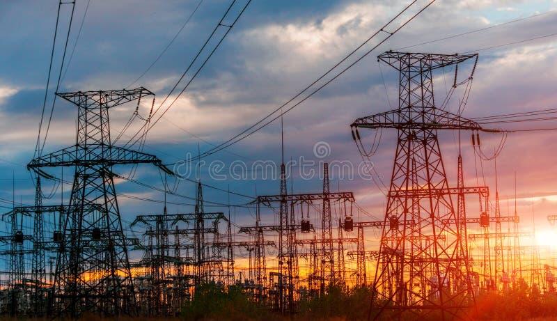 Elektrische Nebenstelle der Verteilung mit Stromleitungen und Transformatoren lizenzfreies stockfoto