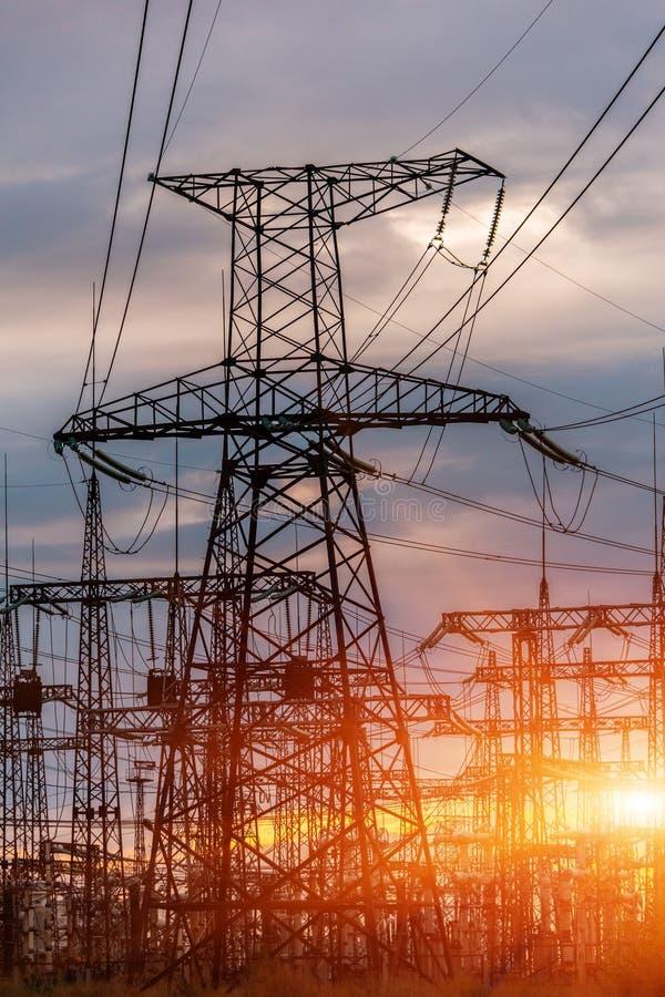 Elektrische Nebenstelle der Verteilung mit Stromleitungen und Transformatoren, bei Sonnenuntergang lizenzfreies stockfoto