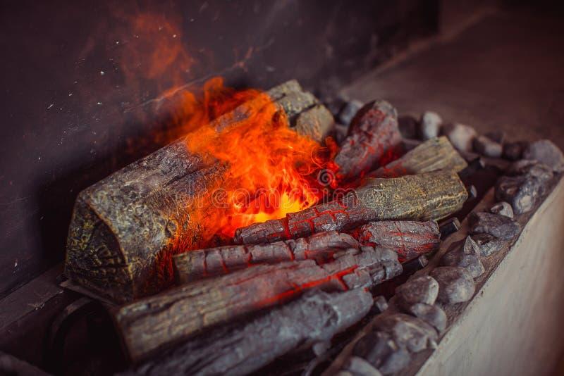 Elektrische open haard met kunstmatige fonkelende vlam royalty-vrije stock fotografie